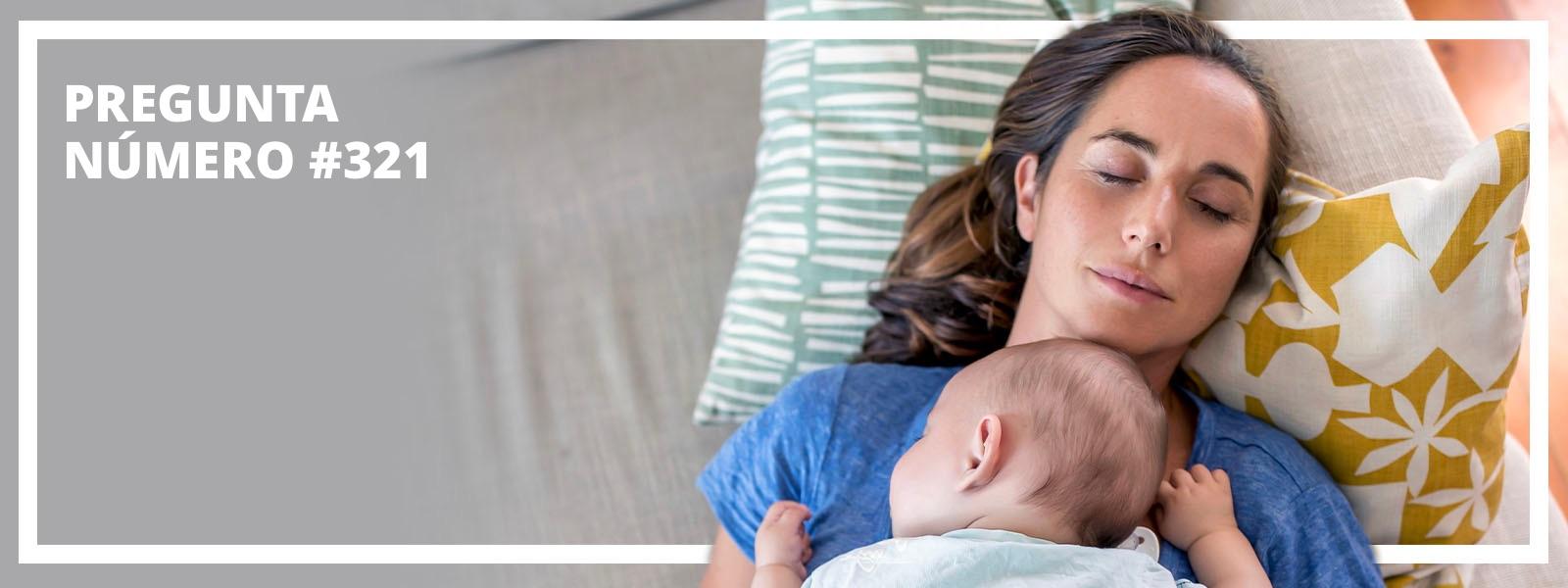 Madre durmiendo con el bebé en el pecho